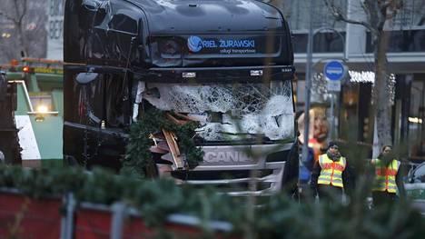 Hyökkääjän maanantaina anastama rekka pysähtyi lopulta kojujen keskelle Berliinin joulutorilla
