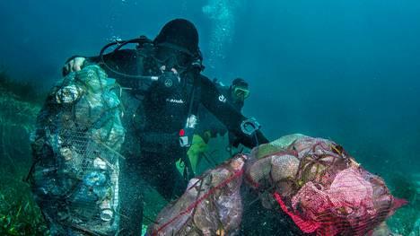 Sukeltajat rojua vastaan -kampanja (Dive Against Debris) toimii yli 50 maassa. Vuodesta 2011 lähtien siihen on osallistunut yli 30000 sukeltajaa, jotka ovat raportoineet keränneensä meristä yli miljoona yksittäistä roskaa. Se on kuitenkin rikka rokassa.