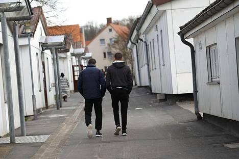 Laki mahdollistaisi myös turvapaikanhakijoiden asuinpaikan määräämisen. Kuvassa turvapaikanhakijoita Friedlandin vastaanottokeskuksessa Saksassa.