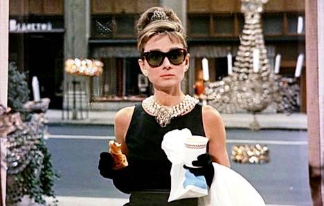 Audrey Hepburn tyyli-ikonina elokuvassa Aamiainen Tiffanylla (1961).