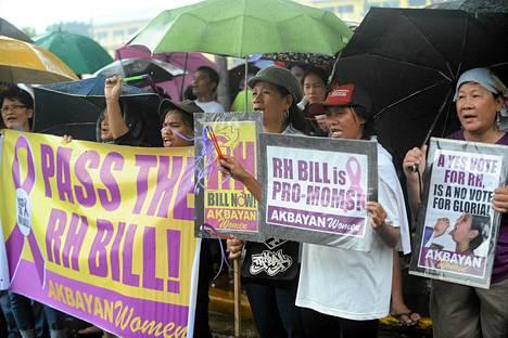Lain kannattajat osoittivat mieltään ilmaisen ehkäisyn puolesta maan parlamentin ulkopuolella pääkaupunki Manilassa.