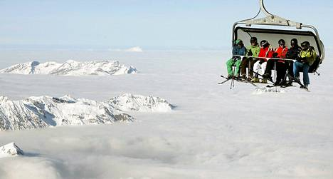Hiihtohissi Titlis-vuoren maisemissa Sveitsissä.