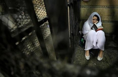 Egyptiläinen Aya Hijazi lukee kirjaa sellissään Kairossa. Hän on perustanut Belady-järjestön, joka yrittää parantaa katulasten asemaa. Hijazi on joutunut pidätetyksi ihmissalakuljetuksesta syytettynä.