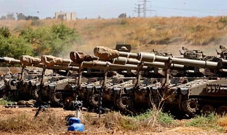 Israelin armeijan tankkeja asemissa Gazan vyöhykkeen rajalla lauantaina.