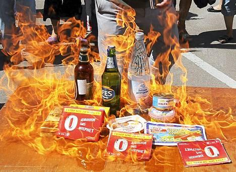 Ukrainalaisen kansalaisjärjestö Nastupin jäsenet järjestivät 16.8. Kiovassa protestin Venäjän tullitoimia vastaan. Mielenosoituksessa poltettiin venäläisiä tuotteita.