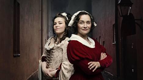 Julia Korander (vas.) ja Nina Hukkinen ovat Barnmorskorna 1759 -kuunnelman pääosissa.