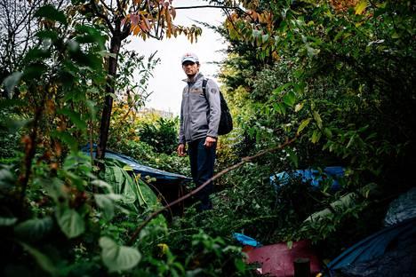 Shad Yousufzai on muiden ryhmäänsä kuuluvien afganistanilaismiesten kanssa löytänyt pariisi laisen kerrostalorykelmän keskellä olevasta  pensaikosta piilopaikan. Sinne voi kätkeä  poliisilta ja asukkailta teltat ja makuupussit.