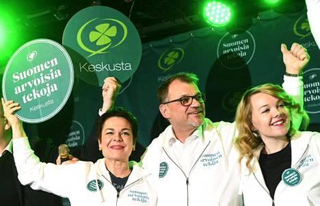 Keskustan puheenjohtajistoon kuuluvat Hannakaisa Heikkinen (vas.), Juha Sipilä ja Katri Kulmuni keskustan vaaliristeilyllä lauantaina.