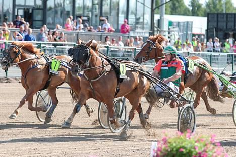 Kuningatarkilpailussa avausmatkan vei Hetviina ohjaksissaan Antti Tupamäki.