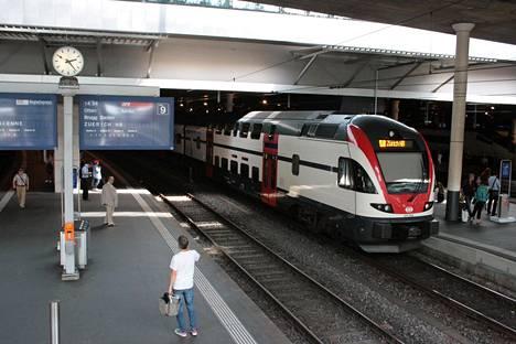 Sveitsiläiset matkustavat Euroopan eniten junilla. Tiheä rautatieverkosto, ripeät vaihtovälit ja yhtenäinen lippujärjestelmä tekevät matkustamisesta asiakkaalle helppoa. Kuva Bernin rautatieasemalta.
