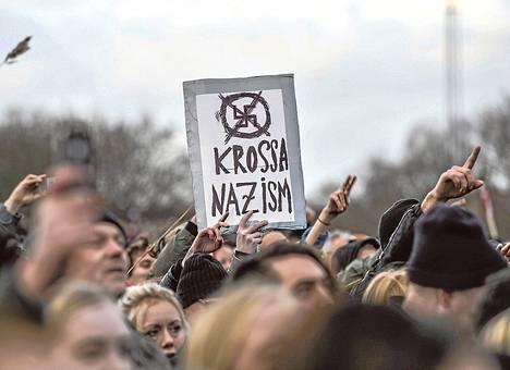 """Mielenosoitus rasismia vastaan kokosi ainakin 15<span class=""""nbsp"""">&nbsp;</span>000 ihmistä Tukholman Kärrtorpiin sunnuntaina."""