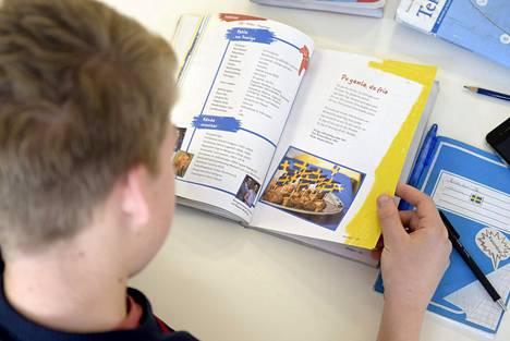 Kokeilu tarjoaa perusopetuksen oppilaalle mahdollisuuden opiskella vierasta kieltä ruotsin kielen sijasta.
