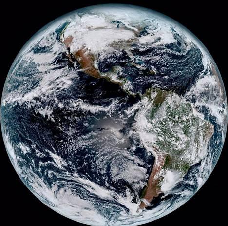 Pilvet näkyvät kuohkeina uudessa, entisiä monin verroin tarkemmassa kuvassa maapallosta. Kuvan otti Yhdysvaltain uusi sääsatelliitti Goes-16 tammikuun 15. päivänä.