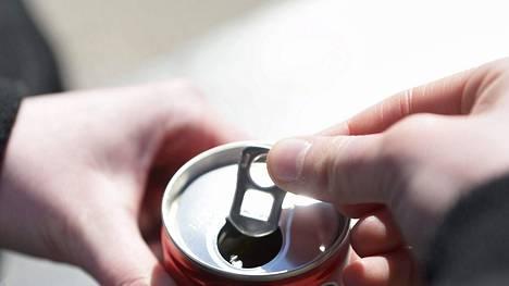 Moni nuori saa kofeiinia energiajuomista.