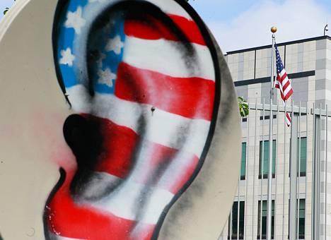 Ihmiset vastustivat NSA:n toimia Yhdysvaltojen Ukrainan suurlähetystön edessä kesäkuussa.