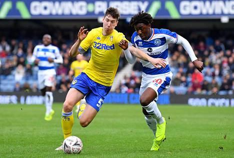 Aapo Halme (vas) onnistui Englannin cupin ottelussa maalinteossa ensimmäistä kertaa Leedsin paidassa. Kuvassa hän taistelee pallosta Queens Park Rangersin Bright Osayi-Samuelin kanssa.