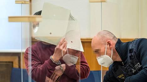 Eyad al-Gharib peitti kasvonsa tuomionlukutilaisuudessa Koblenzissa keskiviikkona.