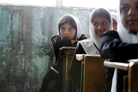 Viidesluokkalainen Mihiria (takana) oli kansalaistaidon tunnilla Charikarissa Afganistanissa keväällä 2010. Tyttökouluun oli hieman aiemmin tehty kaasuisku, ilmeisenä motiivina tyttöjen koulutuksen vastustaminen.