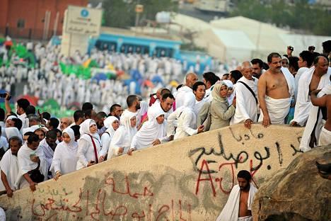 Pyhiinvaeltajat nousevat Arafat-vuorelle lähellä Mekkaa.