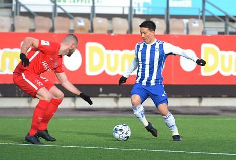 Atomu Tanaka (oik.) oli yksi HJK:n maalintekijöistä Suomen cupin välierässä Arttu Hoskosen edustamaa FC Interiä vastaan.