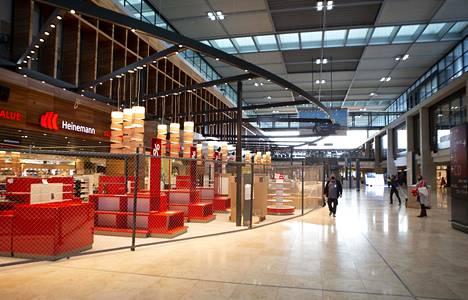 Lähtöalueella sijaitsevien kauppojen viimeistely ja muutto ovat olleet täydessä käynnissä ennen avautumista.