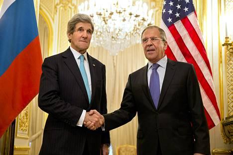 Yhdysvaltain ulkoministeri John Kerry (vas.) ja hänen venäläinen kollegansa Sergei Lavrov kättelivät sunnuntai-iltana Venäjän suurlähettilään asunnossa Pariisissa. Ulkoministereiden on tarkoitus keskustella Ukrainan tilanteen ratkaisemisesta.