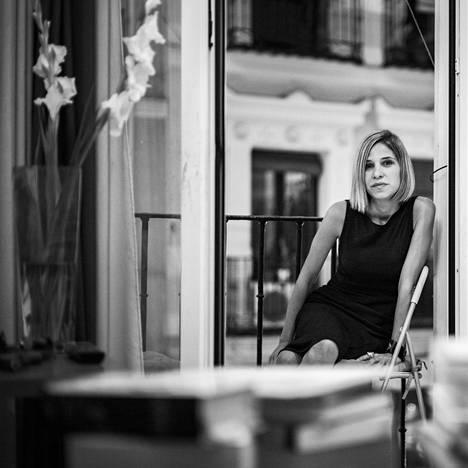 Venezuelalainen Karina Sainz Borgo (s. 1983) on asunut yli kymmenen vuotta Espanjassa. Hän on toiminut nuoresta iästään huolimatta pitkään toimittajana sekä Venezuelassa ja Espanjassa.