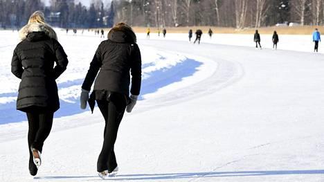 Luistelijoita Laajalahden matkaluisteluradalla Munkkiniemen edustalla Helsingissä 18. helmikuuta.