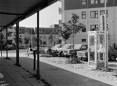 Puhelinkioski kerrostalojen keskellä Malminkartanossa vuonna 1984.