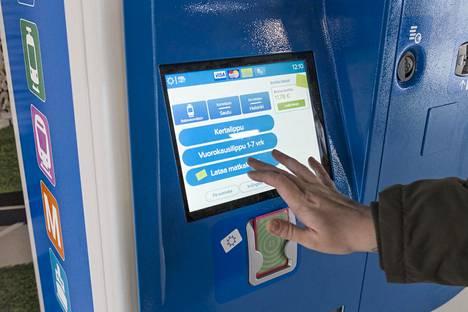 Matkustaja latasi automaatilta matkakorttinsa marraskuussa 2018.