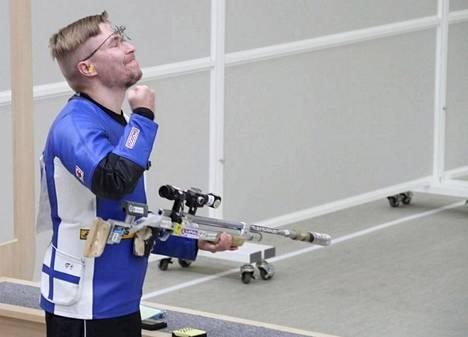 Tomi-Pekka Heikkilä juhli MM-kultaa ampumaurheilun MM-kilpailuissa Etelä-Korean Changwonissa.