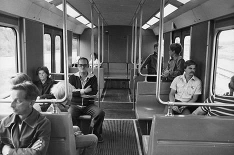 Matkustajia Helsingin metrossa avajaisvuonna 1982.