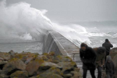 Jättiläisaallot lyövät yli Saint Evetten aallonmurtajasta Esquibienissä Länsi-Ranskassa maanantaina.