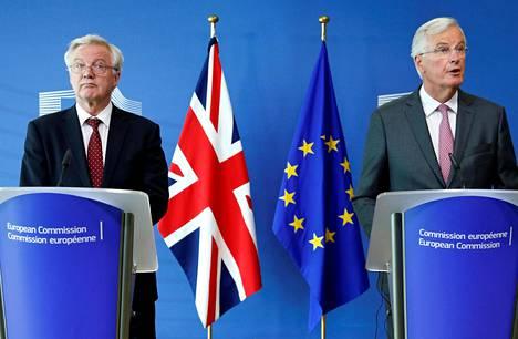 Britannian brexit-ministeri David Davis (vas.) ja EU-komission pääneuvottelija Michel Barnier tiedotustilaisuudessa maanantaina.