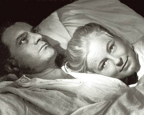 Juhani Niskavuori (Tauno Palo) harhailee viettiensä vietävänä, ja hänen vaimonsa Loviisa Niskavuori (Emma Väänänen) pyrkii ottamaan ohjat käsiinsä.