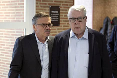 Kansainvälisen jääkiekkoliiton puheenjohtaja René Fasel ja varapuheenjohtaja Kalervo Kummola ovat olleet eri mieltä kisojen siirtämisestä.
