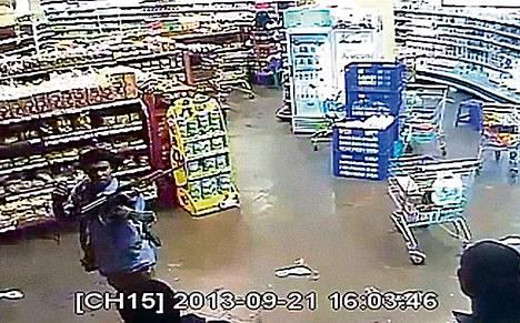 Kenian televisiossa näytettiin lauantaina valvontakameroiden kuvaa Westgaten ostoskeskukseen hyökänneistä miehistä. Videolla neljä miestä tutkii ostoskeskusta rauhallisesti aseet käsissään.