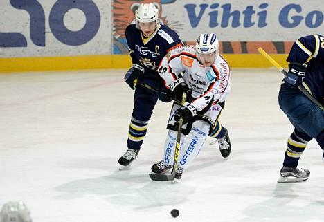 Bluesin Kalle Kaijomaa (vas.) pelaa jatkossa TPS:n Otto Niemisen joukkuekaverina.
