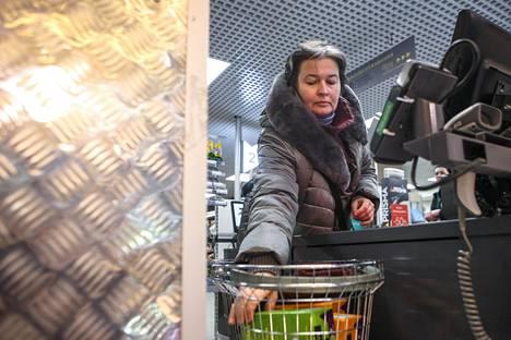 Moskovalainen ekonomisti Nadežda on piipahti Pietarin-työmatkallaan Prismassa ostamassa kahvia.