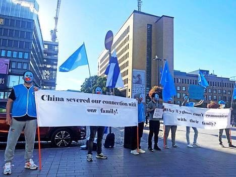 Uiguurivähemmistöjen edustajat osoittivat mieltään Kiinan toimia vastaan Helsingin rautatieaseman edessä 21. elokuuta.