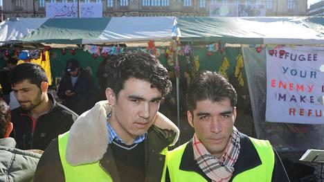 Afganistanilaiset Hedayat Bahrami (vas.) ja Yama Nabizada saapuivat torstainakin turvapaikanhakijoiden leiriin Rautatientorille. He eivät ole saaneet Suomesta turvapaikkaa.