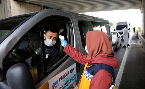 Autolijalta mitattiin ruumiinlämpö Istanbulin rajalla lauantaina, kun kaupunki oli asetettu eristykseen.