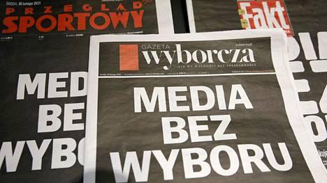 Yksityisten puolalaisten sanomalehtien etusivuja keskiviikkona 10. helmikuuta.