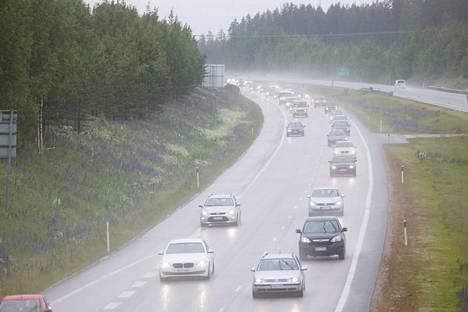 Nelostie on yksi Suomen vilkkaimmista teistä. Nelostie kuvattuna Järvenpäässä juhannuksena 2015.