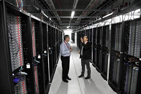 Yandexin datakeskuksen johtaja Ari Kurvi ja Mäntsälän yrityskehityksen toimitusjohtaja Harri Kari datakeskuksen palvelinhuoneessa.