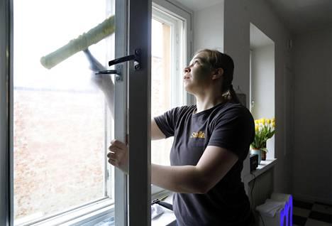 Riitta Niinikoski on siivosi ja pesi ikkunoita Eirassa. Kotisiivouksia ostetaan yhä enemmän, mikä on merkki elpyvästä taloudesta.