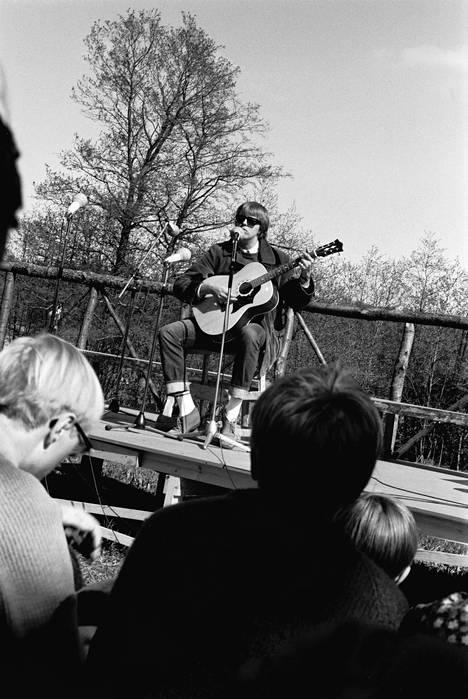 Muistelmissaan Hector kertoo, kuinka hän oli Helsinki Folk Festival -tapahtumassa jännityksessään unohtanut juuri kirjoittamansa käännöstekstin Paul Simonin kappaleeseen April Come She Will. Niinpä hän päätyi esittämään kappaleen englanniksi.