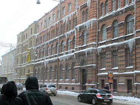 Pietarilaisista taloista riippuvat jääpuikot pelottivat jalankulkijoita viime talvena.