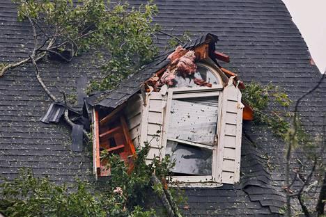 Myrskyn runtelema kattoikkuna pohjoiscarolinalaisessa omakotitalossa Winnabow'ssa lauantaina.