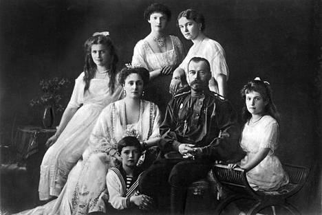 Tsaariperhe vuonna 1913. Nikolai II:n vasemmalla puolella tsaaritar Aleksandra ja oikealla puolella Anastasia-tytär. Takana tyttäret Maria (vas.), Tatjana ja Olga, ja edessä merimiespukuinen Aleksei.
